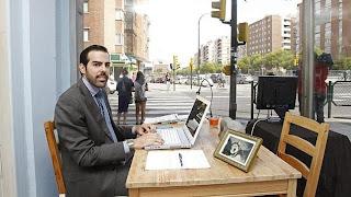 Un joven de Zaragoza se expuso en un escaparate para encontrar trabajo