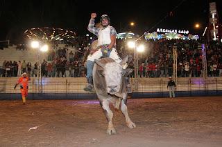 Peões tentam se equilibrar em cima dos touros. Rodeio chamou a atenção do público da Feport-Cia de Rodeio Falcão