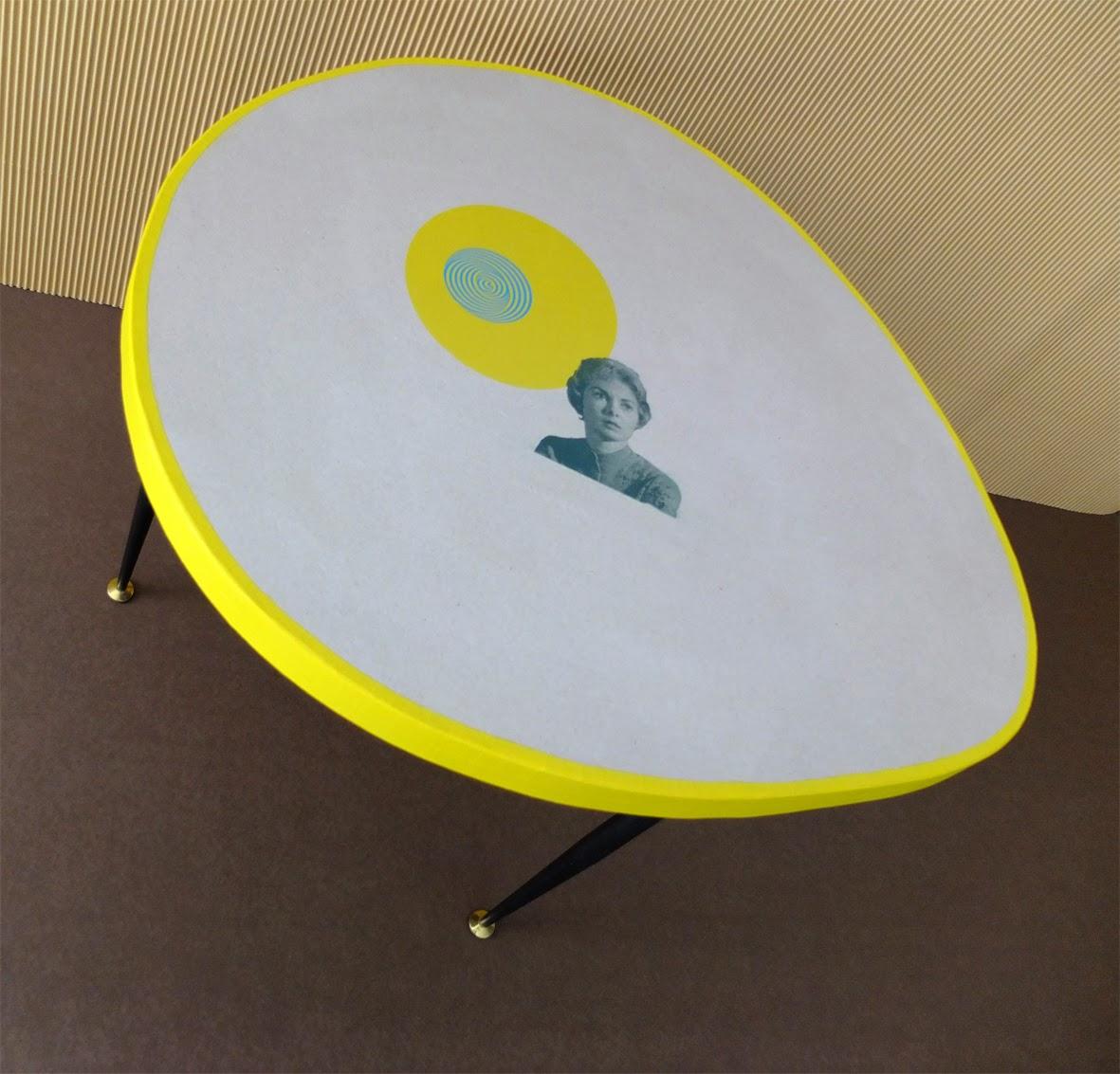 table basse en carton. pieds en métal. table basse en carton impression en sérigraphie fabriquée à marseille