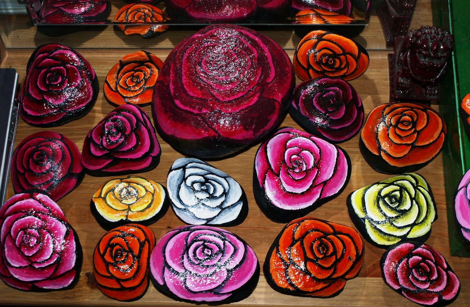 Piedras pintadas a mano rosas pintadas en piedra for Tecnica para pintar piedras
