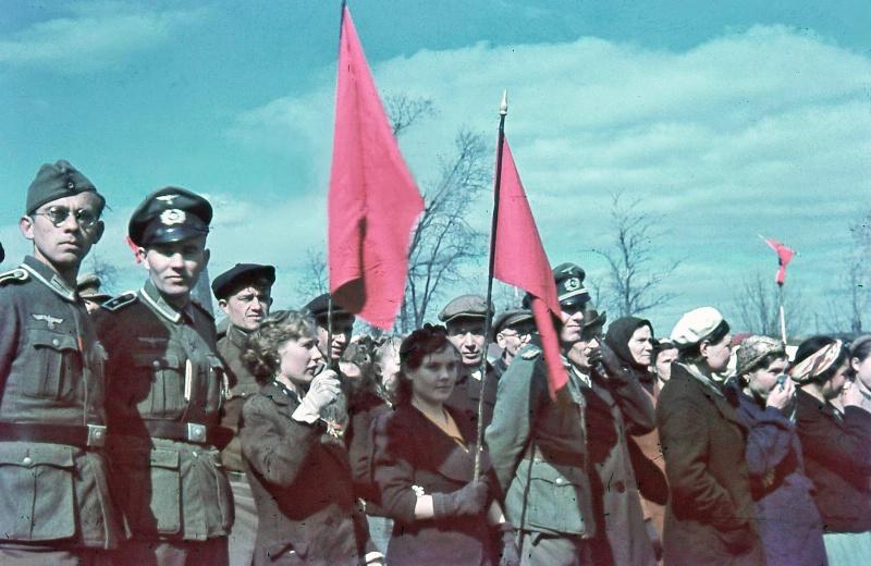 Немецкие солдаты и мирные жители на праздновании 1-го мая в оккупированном Смоленске, 1942 год