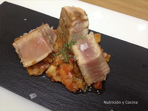 Bonito marinado con tomate concasse aromatizados. nutricion y cocina