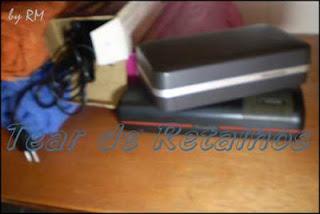 Aparelhos elétricos tipo barbeadores e secadores de cabelo, guardados na embalagem original, ajudam na organização do armário do banheiro