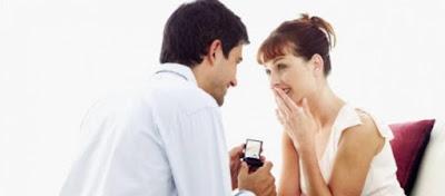 6 علامات على اعجاب متبادل بين الرجل والمرأةورجل يفاجىء يطلب يد حبيبته,man propose