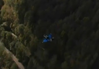 imagenes hombre salta y no se abrió su paracaídas y cayó al agua en accidente de exhibición