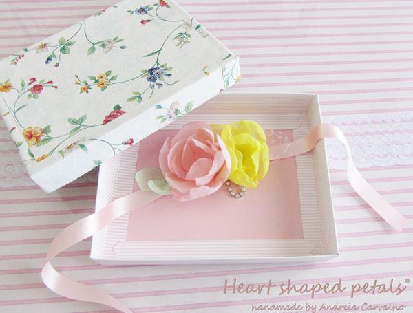 fita para menina das alianças com flores em tecido e brilhantes