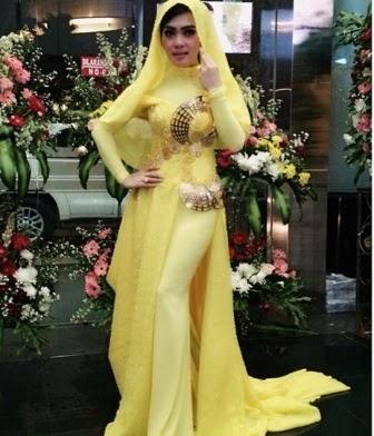 busana muslim syahrini warna kuning