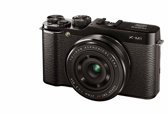 Fotografia di trequarti da destra della Fujifilm X-M1 con il Fujinon XF 27mm
