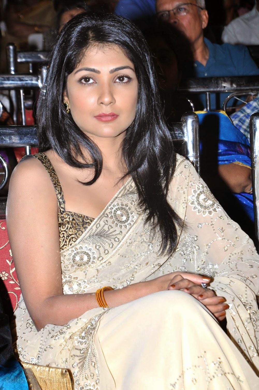 Kamalini mukherjee deep cleavage show intentionally - 1 8