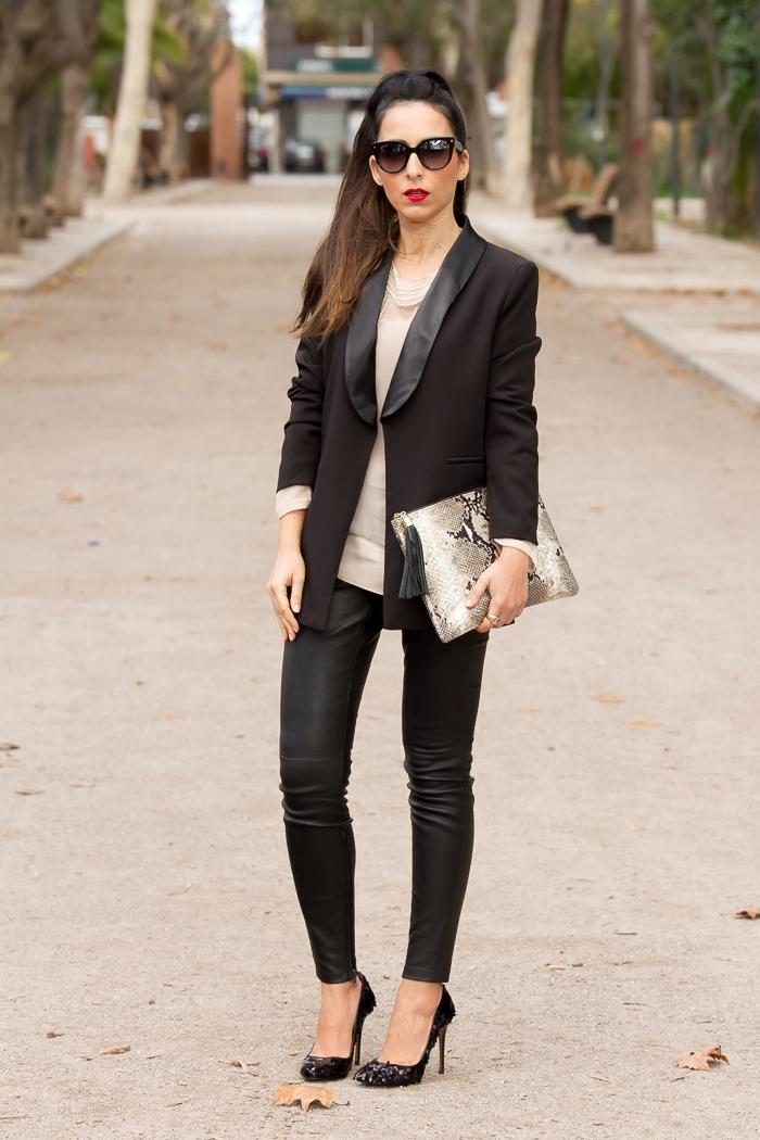 Look sofisticado macarra con pantalones de cuero