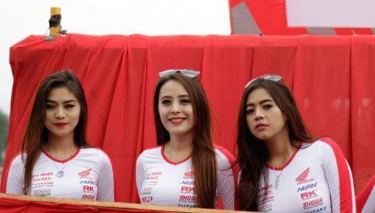Kumpulan Gadis Cantik Cimahi panaskan Arena Pembalapan