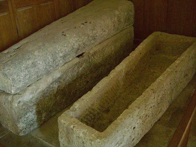 Sarcófagos dentro da igreja de Quarré-les-Tombes