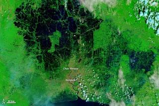Flut / Hochwasser Thailand: Der NASA Terra Satellit fotografiert, wie das Wasser Bangkok einzuschließen beginnt, Thailand, Sturmflut Hochwasser Überschwemmung, NASA, Satellitenbild Satellitenbilder, aktuell, November, 2011,