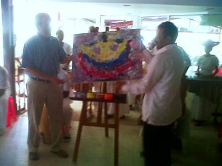 El Alcalde de Tumaco, Víctor Gallo, regaló el cuadro al director de la UACT Álvaro Balcázar quien manifestó ubicarlo en su oficina de la Unidad de Consolidación Territorial como símbolo de unión con la región.