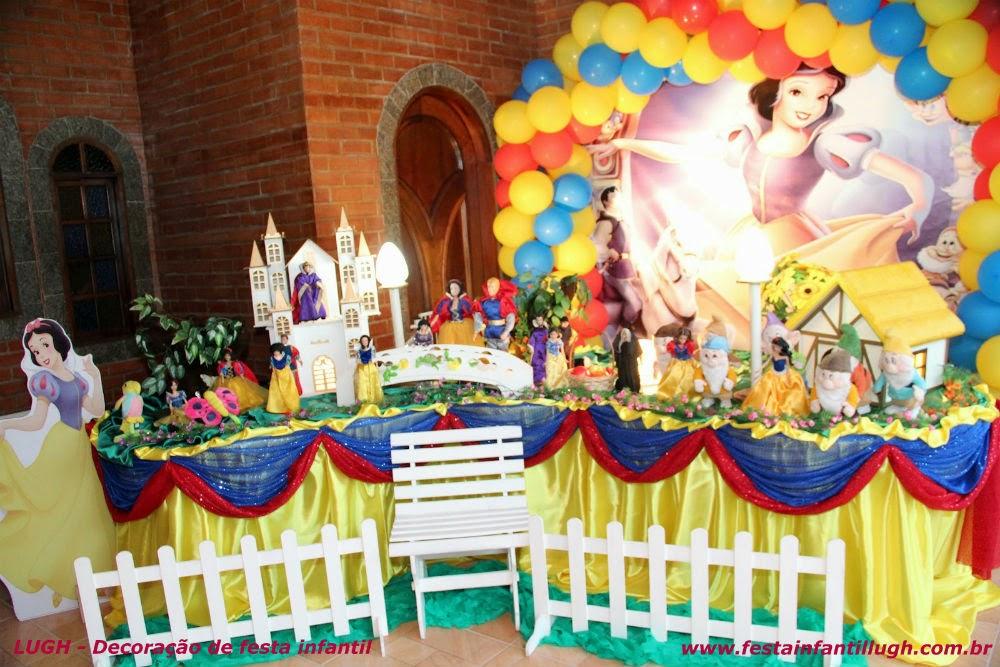 Tema da Branca de Neve para mesa decorada de festa de aniversário infantil de meninas.