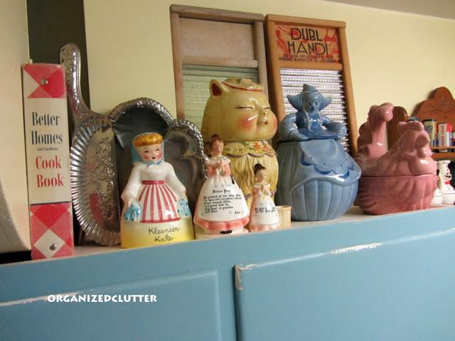 Kitschy Vintage Room Decor www.organizedclutterqueen.blogspot.com
