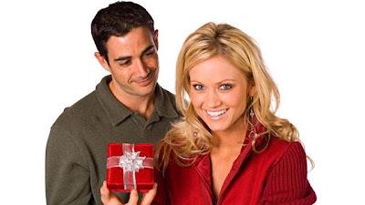 كيف تختار هدية لحبيبتك او زوجتك - man-giving-woman-present-gift
