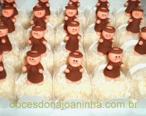 Docinhos decorados com imagem de São Francisco de Assis