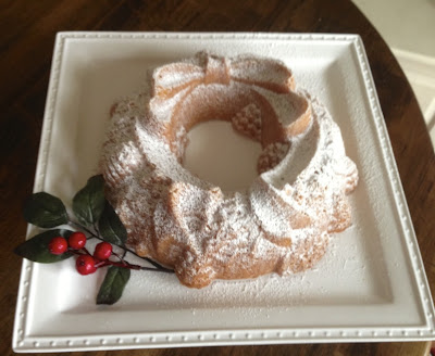 Christmas wreath bundt cake via www.goldenboysandme.com