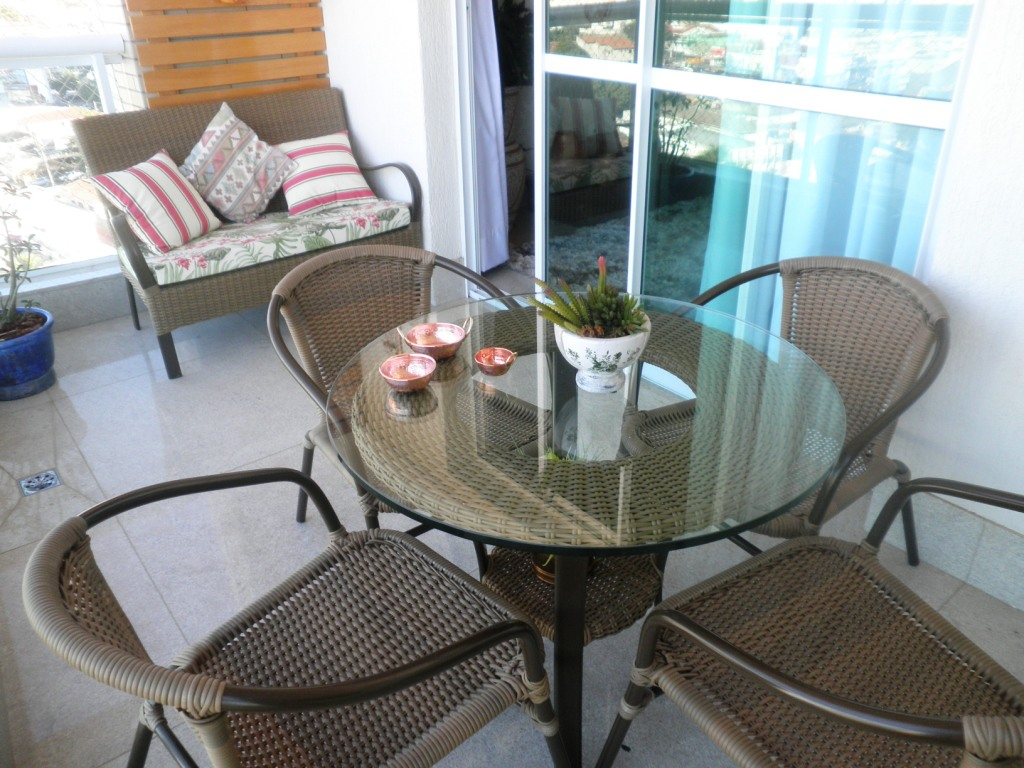 um jardim vertical e um cachepot com rodízios para os vasos de  #936338 1024x768