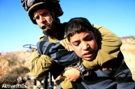 Soldado israelense prende criança palestina