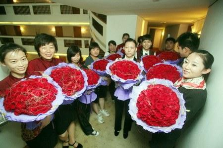 صيني يطلب يد صديقته بإستخدام 9999 ورده حمراء Marriage-proposal2
