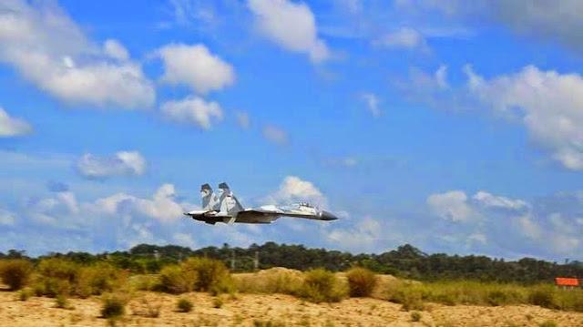 Sukhoi TNI AUyang diawaki Komandan Skuadron 11 Lanud Sultan Hasanuddin Makassar Letkol Pnb David Tamboto terbang rendah di Bandara Juwata Tarakan usai mengejar pesawat tanpa awak yang akan masuk perbatasan Ambalat. (Tribunnes Katim/Junisah).