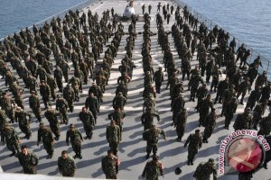 Ratusan personel Korps Marinir TNI AL melatih kebugaran tubuh dengan cara menarikan secara massal tarian perang Haka-haka