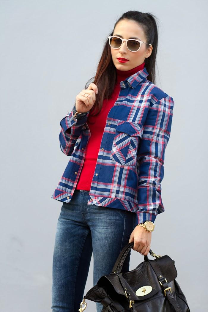 Sobre camisa de cuadros con un toque de rojo en un look casual