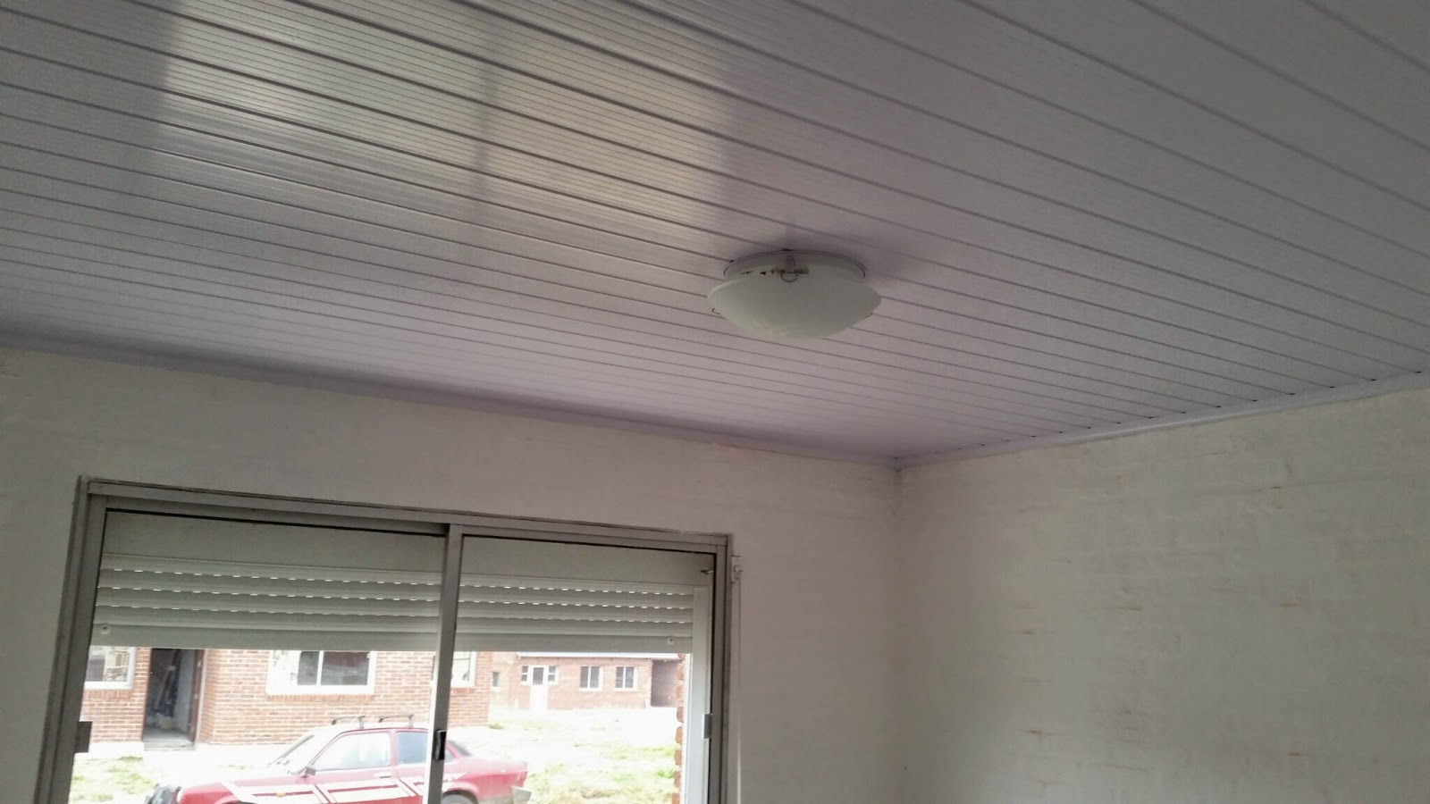 Cielorrasos en pvc uruguay cielo raso en pvc color y blanco for Modelos de cielo raso para salas