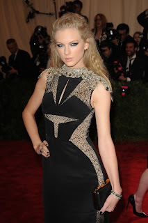 Taylor Swift looking hot in a black dress at red carpet event