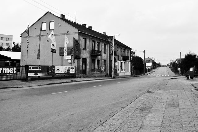 Końskie, fragment ulicy Starowarszawskiej i widok na ulicę Wjazdową. Po lewej stronie budynek byłej szkoły wyznaniowej Talmud-Tora. Fot. Bartłomiej Woźniak
