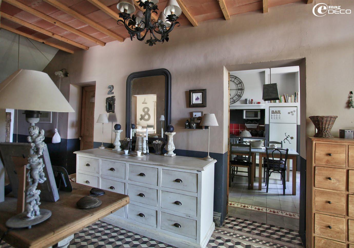 Installés dans l'entrée de la maison d'Elsa Peyremorte, des meubles de métier simplement repeints ou patinés sont très actuels et fonctionnels