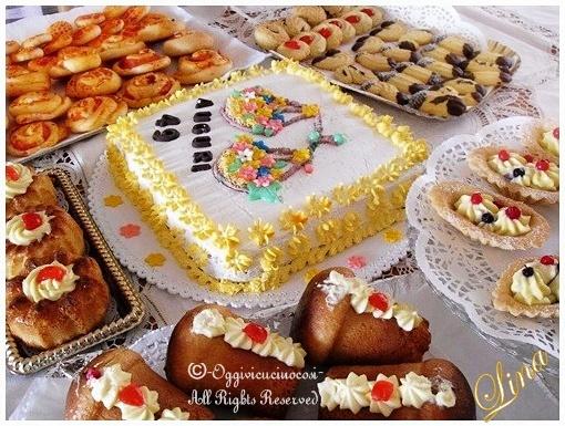... torta guarnita con semplici decorazioni-una piccola bilancia fiorita