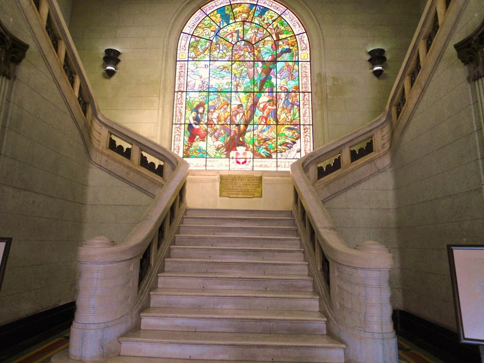 Esta é a escadaria e o vitral que se vê da porta de entrada do  #9A7631 1600x1200