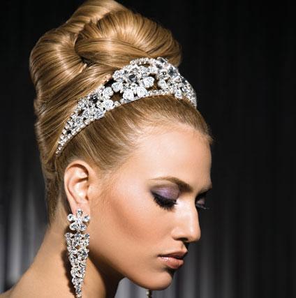 Булчинска прическа - висок кок с диамантена диадема