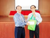 2013 UPSR 国文讲座会前与建集华小校长合影及领奖