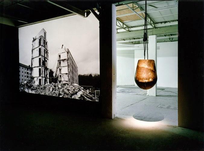 """Kuno Lindenmann, Installation und Fotoprojektionsraum zu """"Dynamische Statik"""" als Beitrag zu """"Kunst im Abbruch"""", Künstlerwerkstatt Lothringerstraße, München, 1991"""
