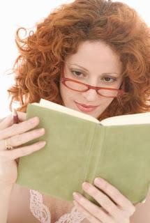 Femme qui lit mon guide pour se motiver