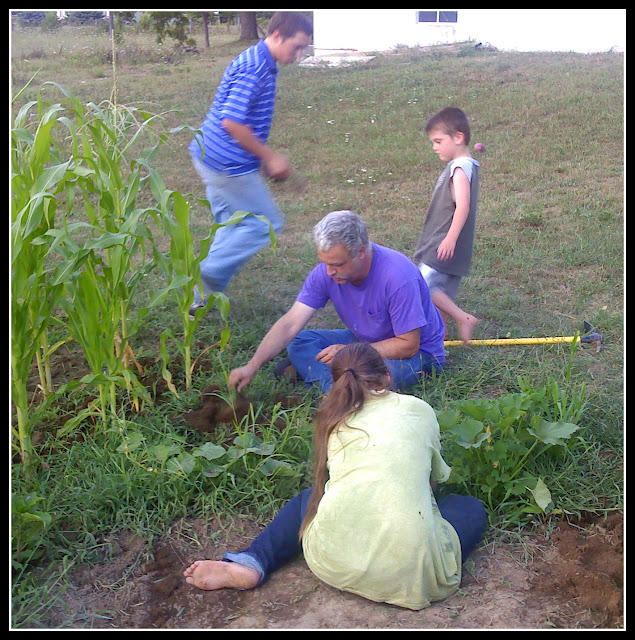 http://2.bp.blogspot.com/-31FMHThdlA8/TjmFYmbDS9I/AAAAAAAACbM/hx2ijsTT_OI/s640/0802111939+weeding+garden.jpg