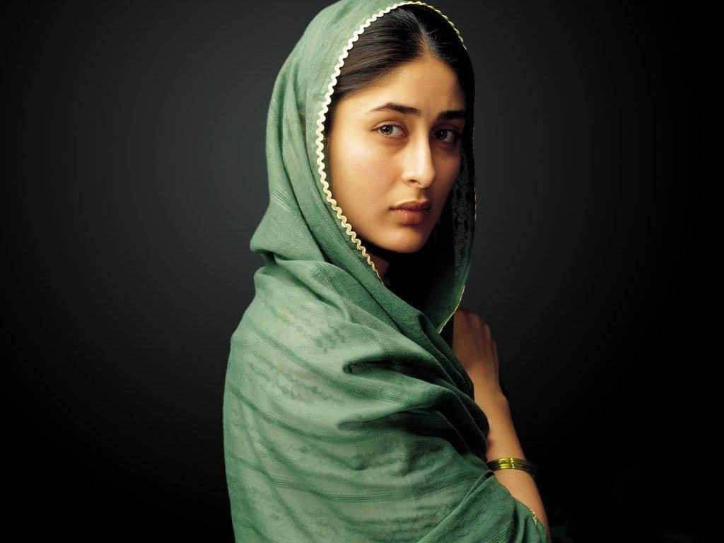 http://2.bp.blogspot.com/-32Cb1QT3Wwo/Ts4dmO6TQpI/AAAAAAAAAKw/0YCgVjnvRPY/s1600/Bollywood+Actress+Kareena+Kapoor+wallpapers+%25282%2529.jpg