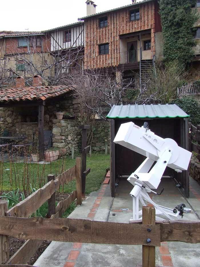 l'abri ouvert et le télescope prèt pour l'observation