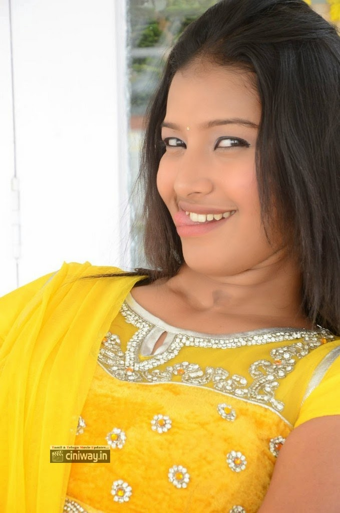 Actress-Pragnya-Stills-at-Evariki-Evaru-Movie-Opening