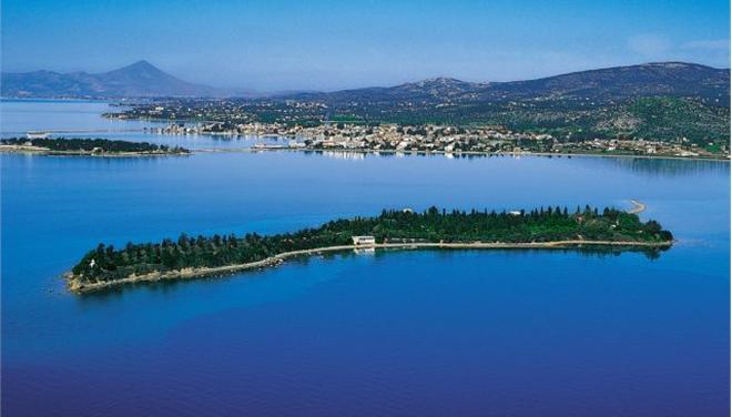 Το ιδιωτικό νησί Αγία Τριάδα, κοντά στην Ερέτρια. Οπως αναφέρει η εταιρεία Vladi Private Islands μπορεί να προσφέρει ειδυλλιακές καλοκαιρινές διακοπές. Πωλείται προς 18.000.000 ευρώ (φωτό www.vladi-private-islands.de)