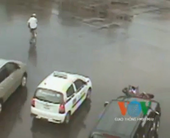 clip nong hanh hung tai xe taxi sau khi thoat chet vi vuot den do