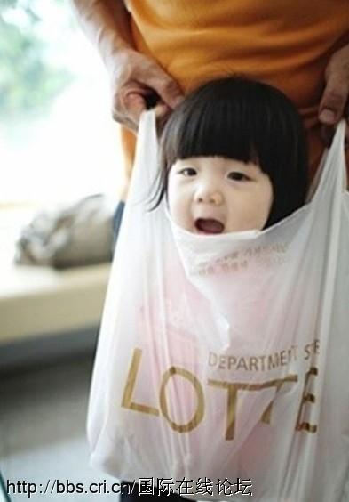 Tega Sekali Ibunya, Bayi Imut Ini Ditenteng Seperti Belanjaan