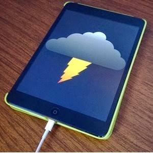 Raios na rede elétrica podem fazer com que dispositivos queimem e até mesmo causar acidentes graves