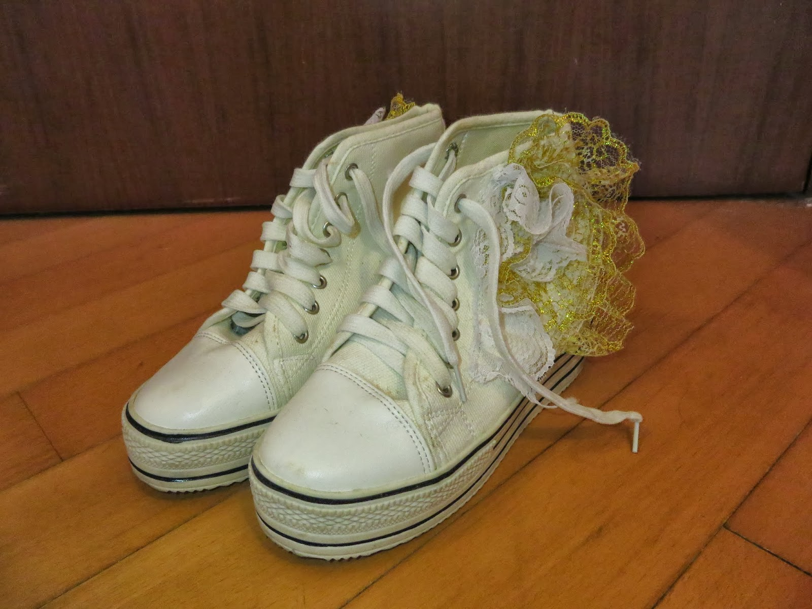 色花边装饰球鞋