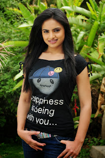 Ritu Kaur Rolls her T Shirt and Denim Jeans up Super Cute Pics