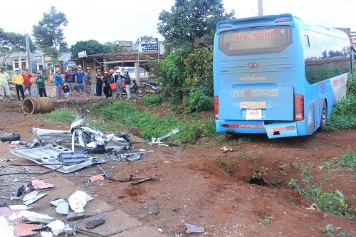 Đắk Lắk: Vượt container, xe khách gây họa 3 người thương vong